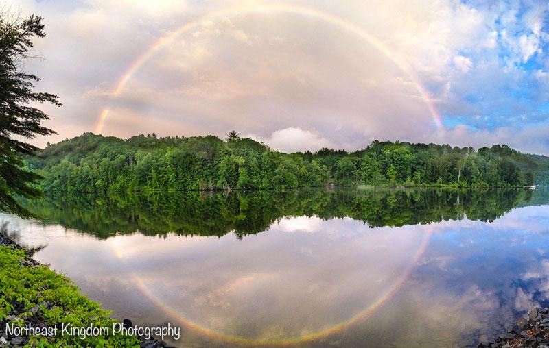 Quand un arc-en-ciel reflète sur un lac.