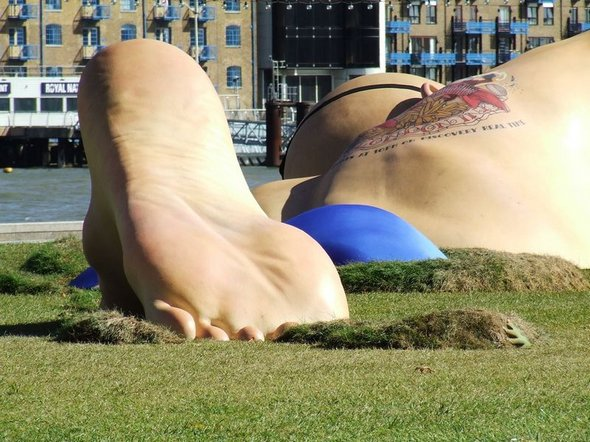 london-biggest-swimmer-sculpture-art12