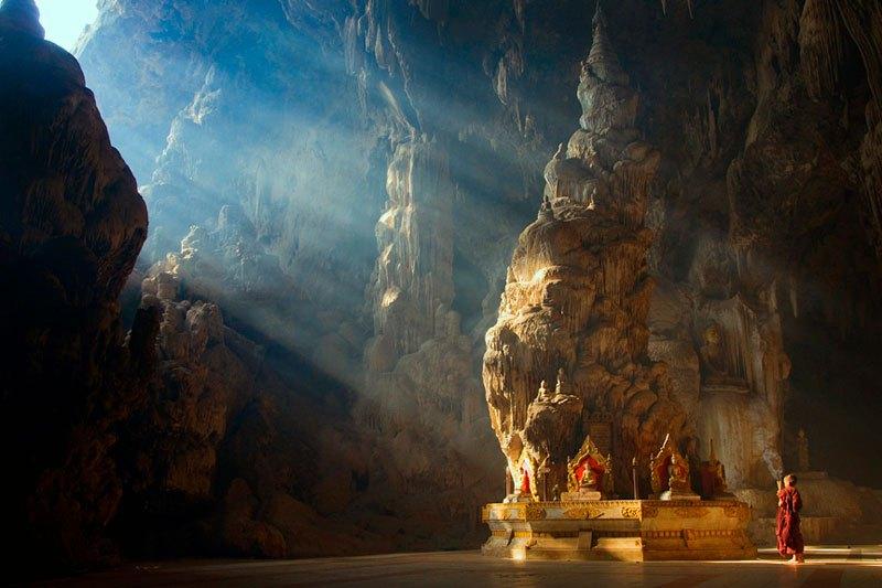Les rayons du soleil illuminent ce temple bouddhiste de Myanmar.