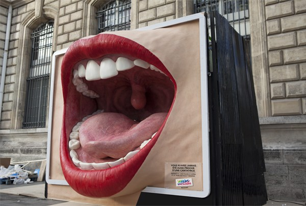 SCNF-street-marketing-paris-panneau-pub-geant-sillicone-tbwa