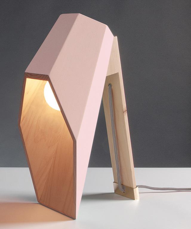 lampe à poser en bois par alessandro zambelli